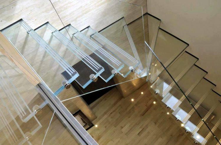 Стеклянные лестницы — современное решение