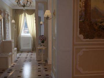 Прихожая в доме, классический стиль