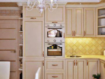 Интерьер светлой кухни в доме