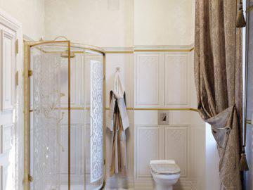 Ванная комната в классическом стиле в доме