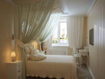 Интерьер светлой спальни с балдахином
