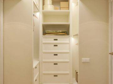 Красивая светлая гардеробная комната