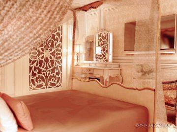 Светлая спальня с балдахином